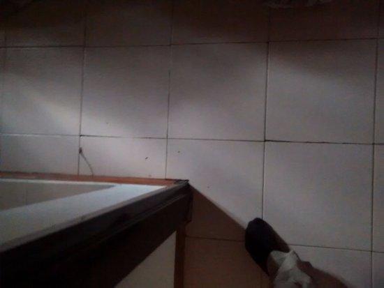 Los Cerezos Bungalows: los cerámicos del piso del cuarto rotos y despegados
