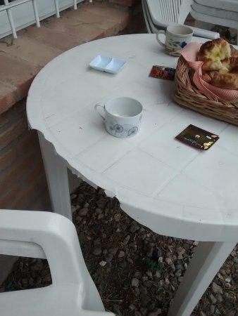 Los Cerezos Bungalows: la mesa de plástico rota para desayunar