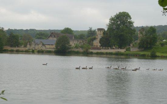 Haute-Normandie, Frankreich: il lago e le rovine sullo sfondo