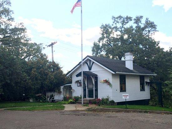 Little Falls, Μινεσότα: The school house serves as 'Laura Jane's Shoppe' our seasonal gift shoppe