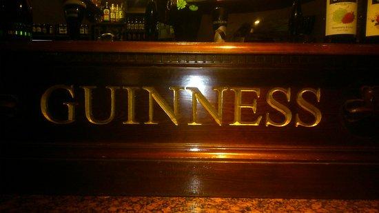 Kenna's Irish Bar & Restaurant: Das beruehmte Guinness Thekenportal.