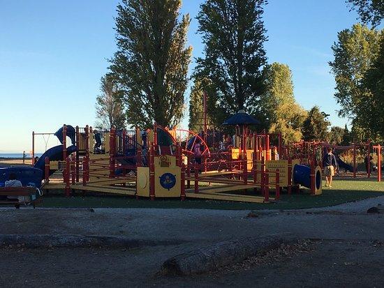 Tsawwassen, Kanada: Huge, safe, and relatively new playground for the children