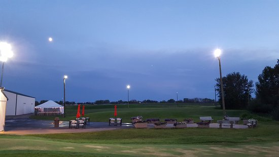 Spruce Grove, Canadá: Play some Night Golf and enjoy a beer at Putting Horse Ranch!
