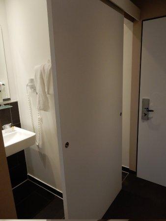 LetoMotel Muenchen Moosach: schuifdeur voor toilet en badkamer