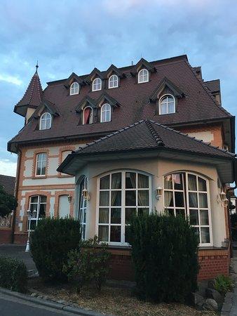 Turmhotel Lubbenau: Hotel with breakfast room in foreground