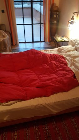 Chez Pierre: blanket without cover sheet