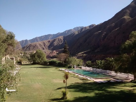 Hotel & Spa Termas Cacheuta: El parque y pileta del hotel termal de Cacheuta.