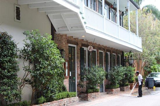 هوتل بروفينسيال: Restaurant entrance and driveway into the hotel.