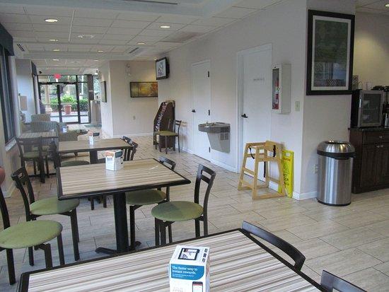 EconoLodge: Breakfast Area