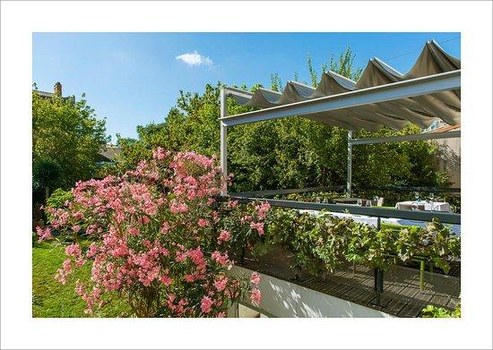 Terrasse avec vue sur le jardin fleuri - Photo de L\'Oiseau ...