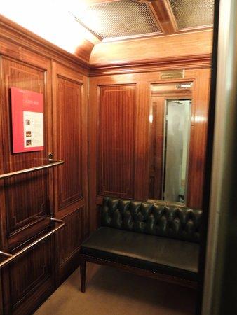 Parkhotel Laurin: Elevador original clássico.