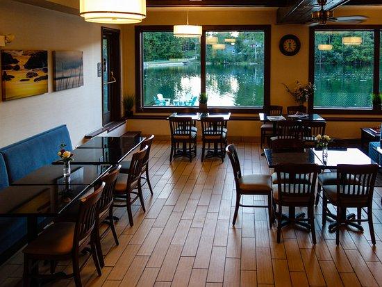 Lee, MA: breakfast area