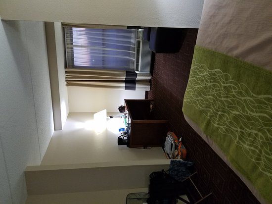 Comfort Inn Asheville Airport: Room 212. Noisy, because it is located directly above two sets of automatic doors. It is also ac