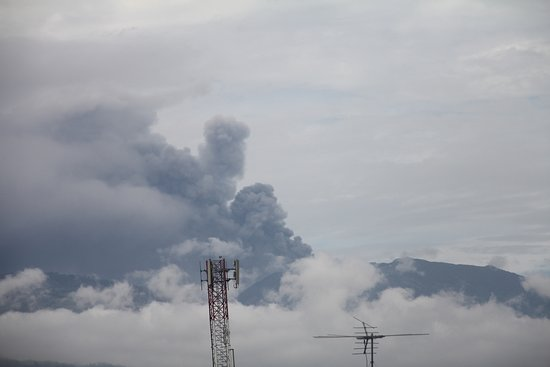 Hotel Reventazon: View of the Turrialba Volcano from your room