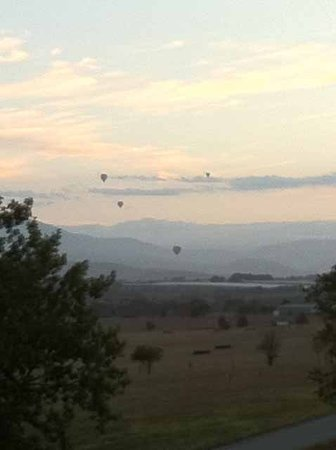 The Gatehouse at Villa Raedward: Hot air balloons over the Yarra Valley seen from The Gatehouse
