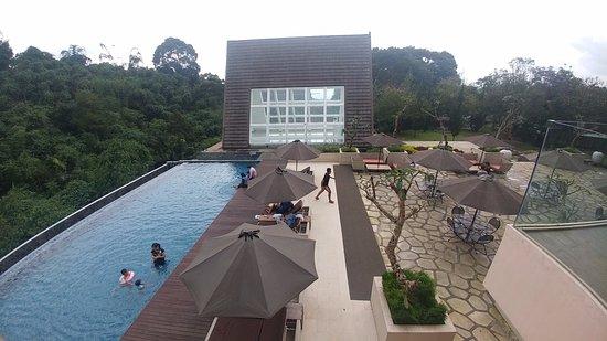 Green Forest Resort: Kolam renang menghadap pemandangan