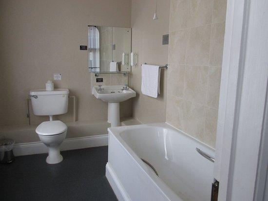 Duke of Wellington Hotel: Bathroomwith shower
