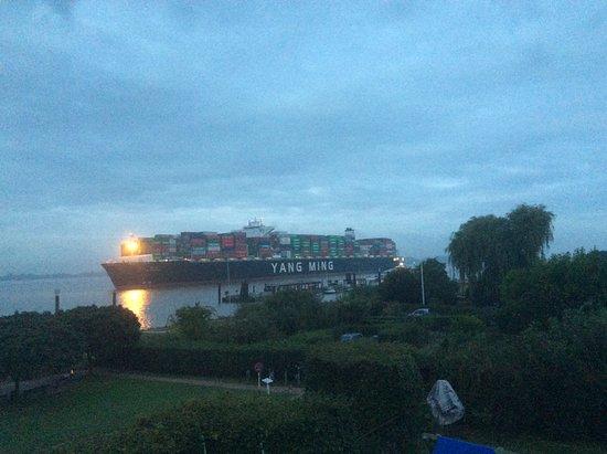 Wedel, Germany: Cargo arrivant dans le port de Hambourg au petit matin