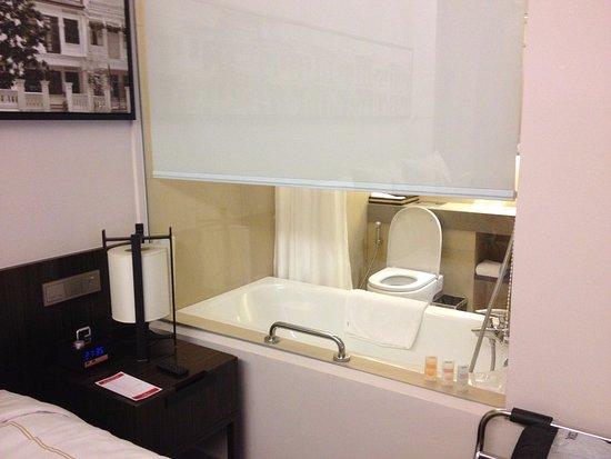Ramada Singapore At Zhongshan Park: Bathroom scene from the room