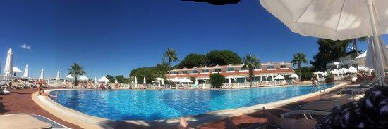 Panorama van één van de twee zwembaden.
