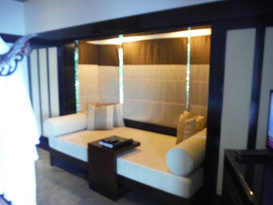 Banyan Tree Bintan: ゆったりしたソファーです。風呂上がりにごろんとできます。