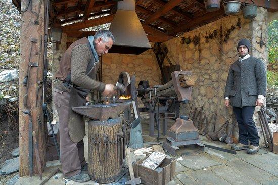 Baveno, Italien: la lavorazione del ferro con il maglio ad acqua