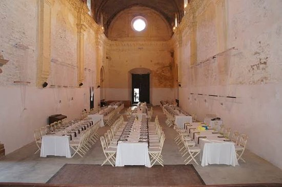 set up imperial style for a wedding banquet in church montaje