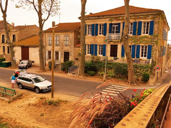 Les Volets Bleus : Hotel/parking. The Canal de Jonction is directly opposite