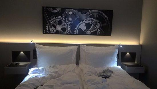 Letto comodo luminoso interno bianco camera da letto letto comodo con lenzuola beige i fiori su - Divano letto comodo per dormire ...