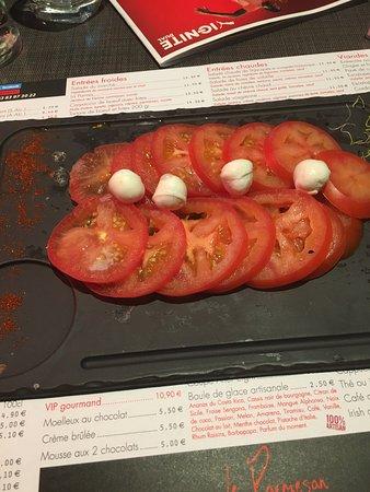 Houdemont, Francia: La pire salade de tomates mozza de ma vie ! 0 assaisonnement rien, 2 tomates en tranche et 4 bil