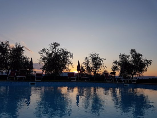 Agriturismo Savernano: Sunset from the pool