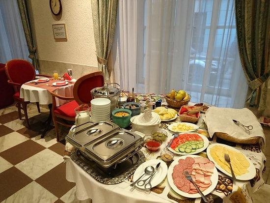 Hotel Man-Tess: 朝食はロビー横スペースでいただきます。