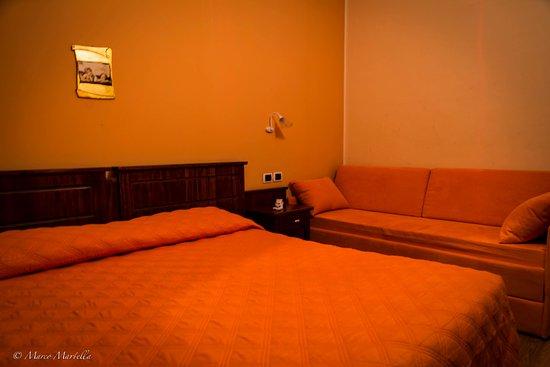 Camere Con Divano Letto : Camera con divano letto a castello foto di hotel pina isola del