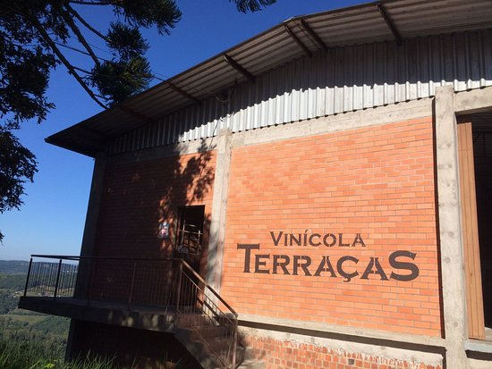Pinto Bandeira: Foto da fachada e entrada da vinícola.