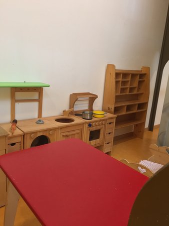 Luson, Itália: Mängel der Kindersicherheit, altes verbrauchtes Spielzeug, fehlender weicher Boden am Spielplatz