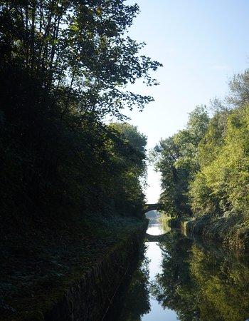 """Пуйи-ан-Озуа, Франция: La """"Billebaude"""" sur le canal de Bourgogne"""