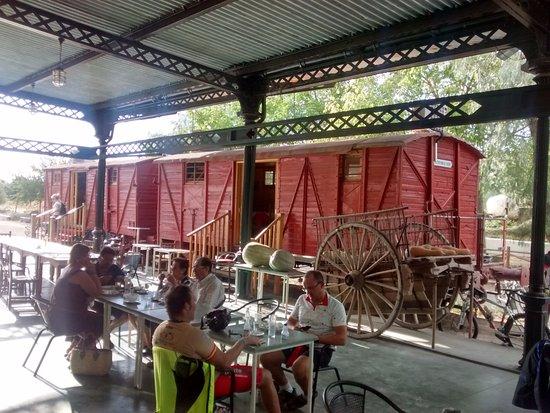 Luque, Spain: Andén con vagón y vía...