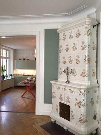 Parlan Hotell: estufa antigua del comedor con vista a la cocina