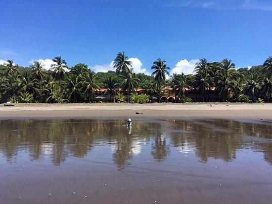 Playa Bejuco, Costa Rica: Vista del frente del hotel, desde la playa.