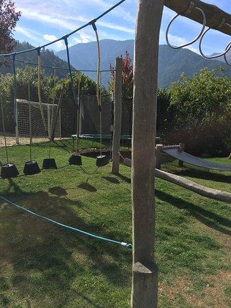 Luson, Itália: Hohe Verletzungsgefahr!!! Wo ist hier die Sturzsicherheit am Boden? Kein weicher Boden mit Holzs