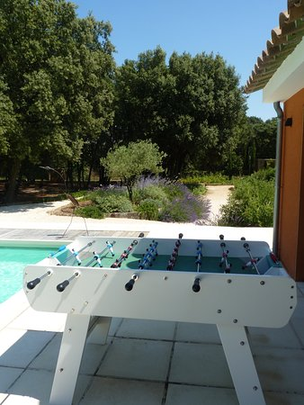 Colonzelle, France: Le défit des parties de babyfoot au bord de la piscine