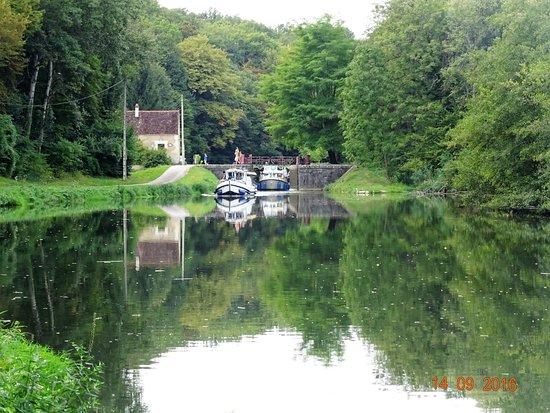 Mailly-le-Château, France : Une écluse sur le canal du Nivernais