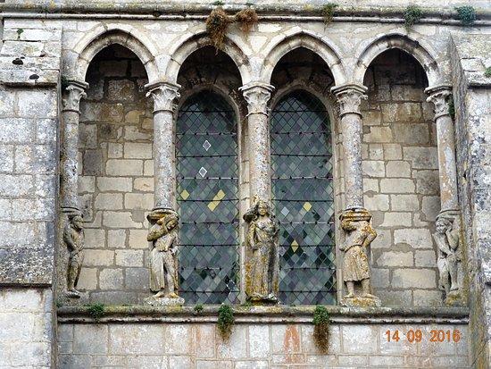 Mailly-le-Château, France : Fronton de l'église et ses 5 personnages.
