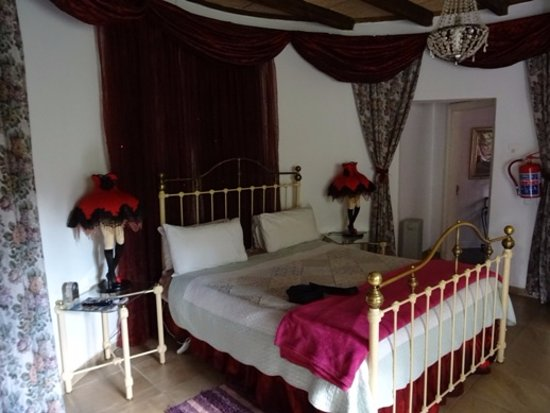 "TreeTops & Treats Guest House: Chambre ""Moulin Rouge"""