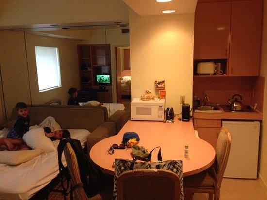 Crystal Beach Suites & Health Club: sofa cama e cozinha
