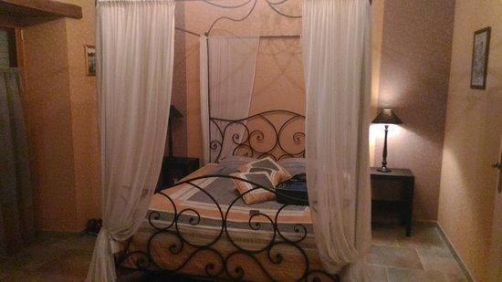 Le Moulin des Foulons : La chambre du rez de chaussé, très romantique !!