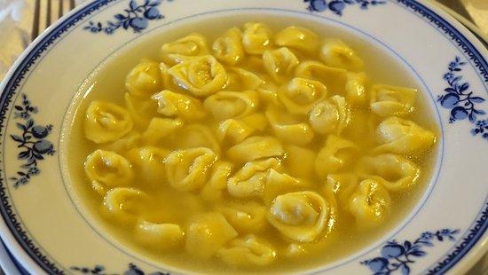 Monghidoro, Italie : tortellini in brodo