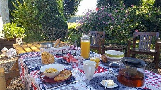 Jupilles, France: Petit déjeuner extérieur