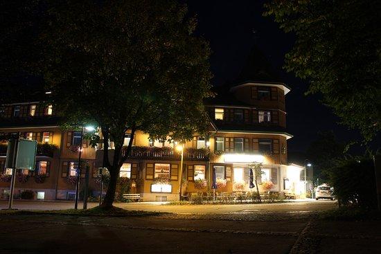 Hotel Schwarzwaldhof: So sieht das Hotel bei Nacht aus...