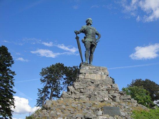 Vangsnes, Norvège : Estátua de Fridtjof e base sobre a qual se assenta.